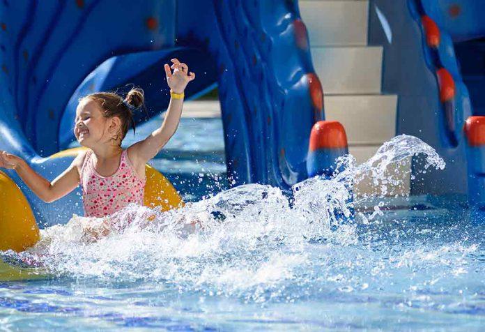 menino desfrutando em um parque aquático