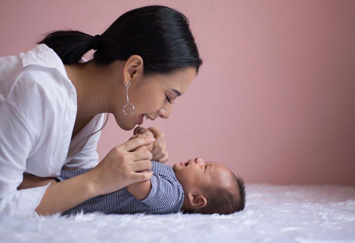15 mitos comuns sobre cuidar do bebê recém-nascido preso