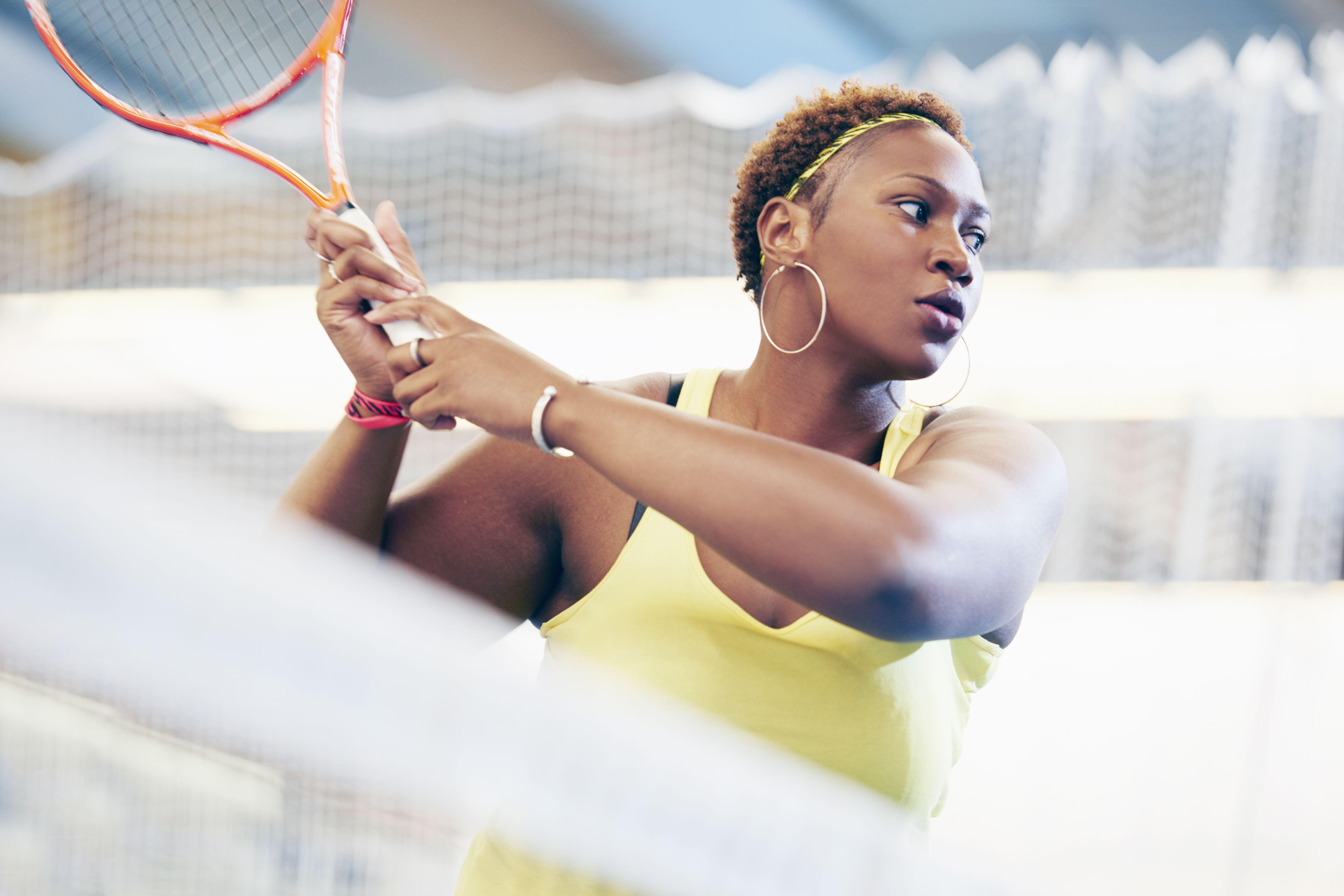Mulher de esportes na raquete de tênis