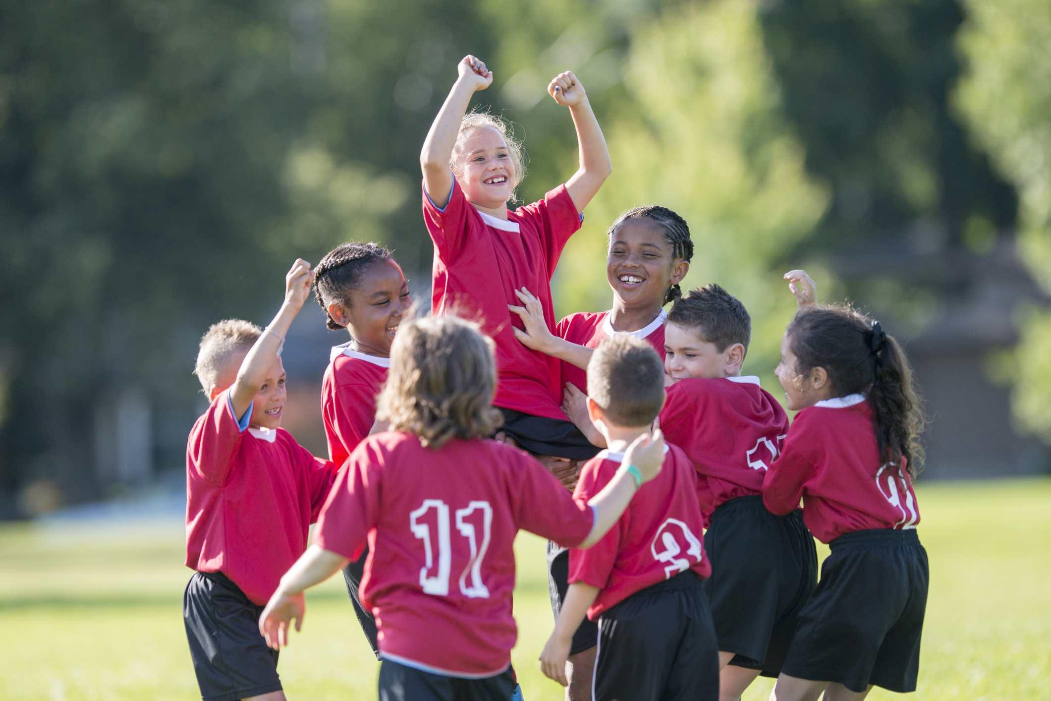 Crianças jogando futebol.