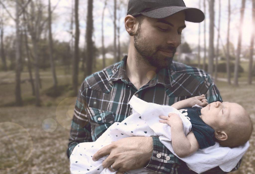 Combinar alimentação e hora de dormir Este segredo funciona de maneira brilhante se você estiver alimentando seu bebê apenas através do peito e não estiver usando uma mamadeira. Não, fazer isso não significa que os pais serão privados de uma oportunidade de vínculo. O Dr. William Sears, pediatra da Califórnia, sugere que você pode fazer disso uma situação em que todos saem ganhando, confiando ao seu marido uma soneca pós-alimentação.