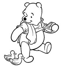 Desenho de Pooh olhando o pato e segurando um sabão na mão para colorir