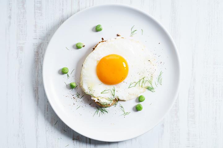 Gema de ovo com ervilhas cozidas ou lentilhas