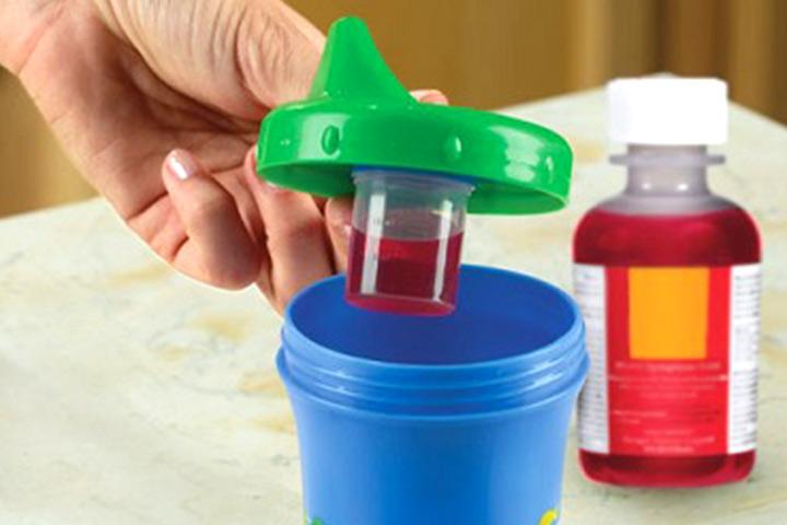 Esconda o medicamento menos apreciado neste recipiente dispensador de medicamentos para o seu bebê.