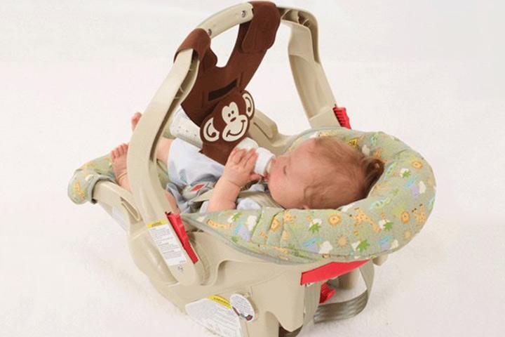 Um estilingue de mamadeira que pode ser acoplado à cadeira de bebê é ótimo! Sem problemas ao retirá-lo.