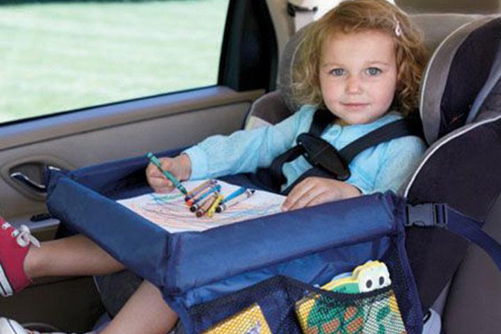 Um lanche ou uma bandeja de atividades podem salvá-lo do tédio em uma longa viagem.