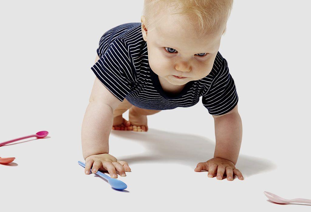 """Um bebê tentando engatinhar """"width ="""" 1024 """"height ="""" 700"""