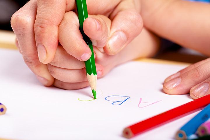 Como ensinar seu pré-escolar a segurar um lápis