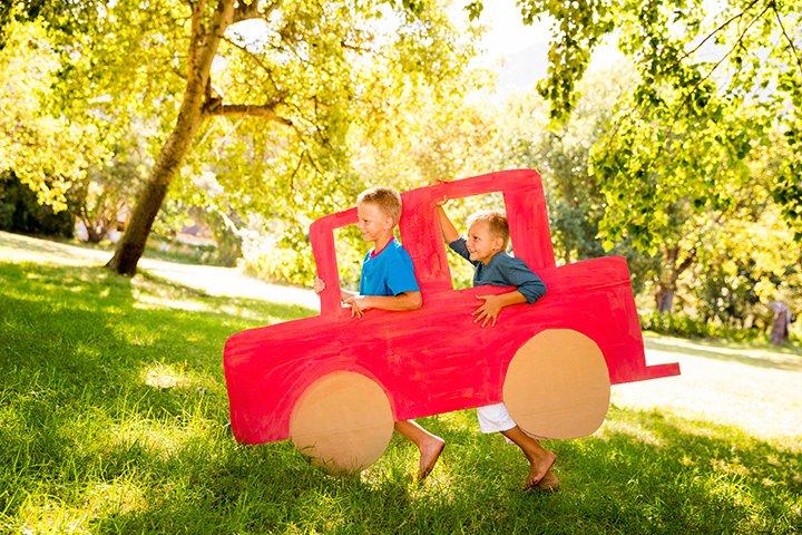 Um carrinho de papelão