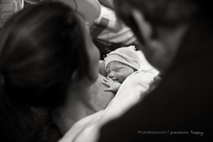 Tomando o bebê nos braços.