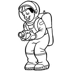 Astronauta sorridente gravando com uma câmera para colorir