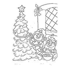 Elfos decorando a árvore de Natal para colorir
