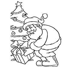 Papai Noel colocando presentes perto da imagem da árvore de Natal para colorir