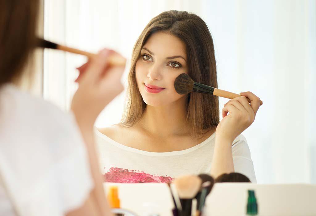 """Uma mulher que aplica maquiagem """"width ="""" 1024 """"height ="""" 700 """"srcset ="""" https://cdn.cdnparenting.com/articles/2019/01/17115112/205957348-H.jpg 1024w, https: // cdn. cdnparenting .com / articles / 2019/01/17115112/205957348-H-768x525.jpg 768w, https://cdn.cdnparenting.com/articles/2019/01/17115112/205957348-H-218x150.jpg 218w, https: / /cdn.cdnparenting.com/articles/2019/01/17115112/205957348-H-696x476.jpg 696w, https://cdn.cdnparenting.com/articles/2019/01/17115112/205957348-H-614x420.jpg 614w """"tamanhos ="""" (largura máxima: 1024px) 100vw, 1024px"""
