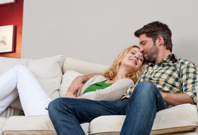 Um casal sentado em um sofá