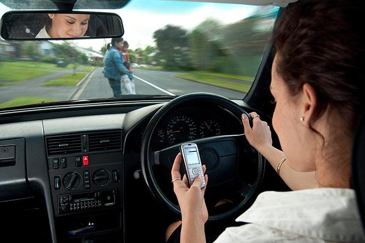Os adolescentes se envolvem em mensagens de texto e direção