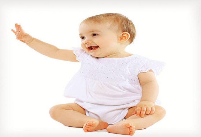 A importância de deixar seu bebê brincar no chão