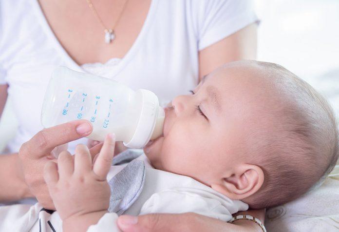 Alimentação por mamadeira no ritmo: benefícios e diretrizes de segurança