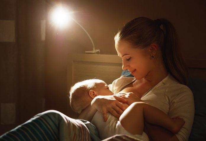 Amamentar um bebê à noite: benefícios, dicas e muito mais