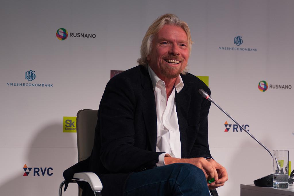Richard Branson falando em um painel em Moscou, Rússia.