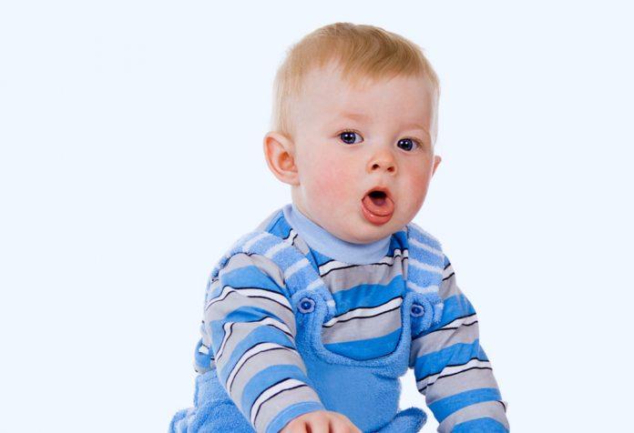 Um bebê tossindo