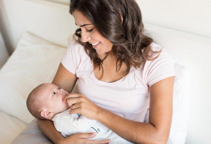 Bebê chorando durante a amamentação