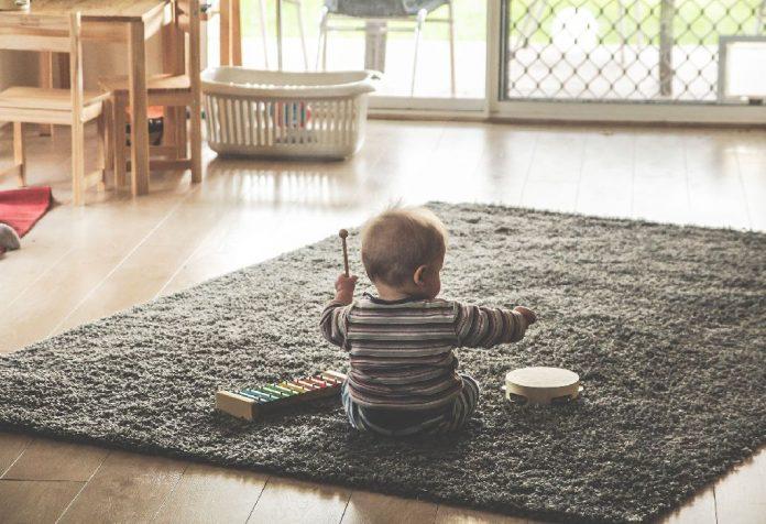 brincando com seu bebê sem gastar muito