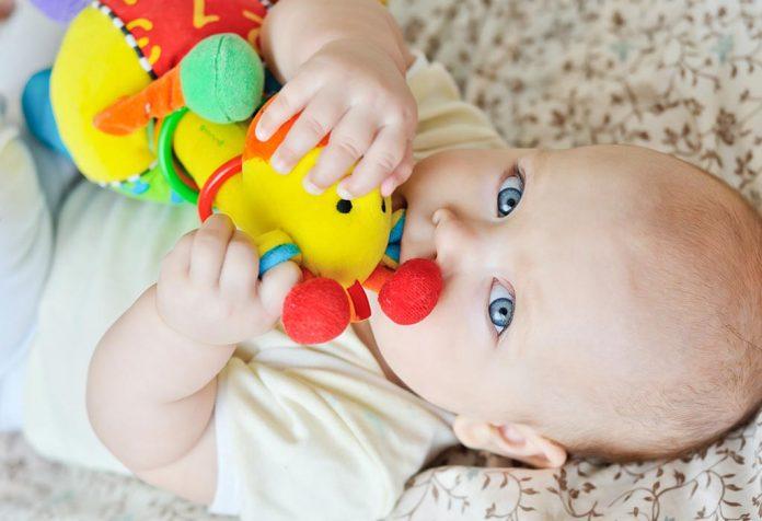 brinquedos para o recém-nascido tudo o que você precisa saber
