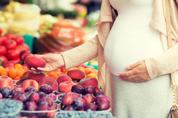 É seguro comer pêssegos durante a gravidez?