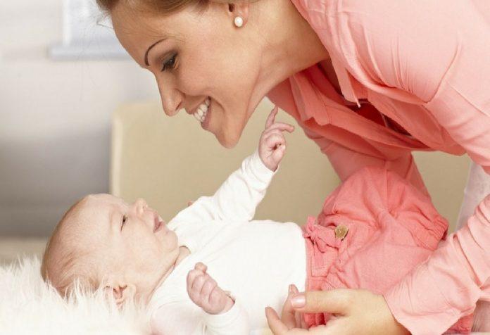 Esqueça o Baby Talk, conversar com seu bebê em um relacionamento pode torná-lo mais inteligente!