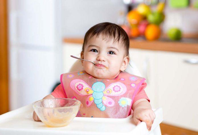Mingau caseiro delicioso e saudável para bebês com mais de seis meses
