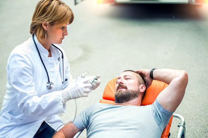 Homem experimenta dor no parto após desafiar sua esposa
