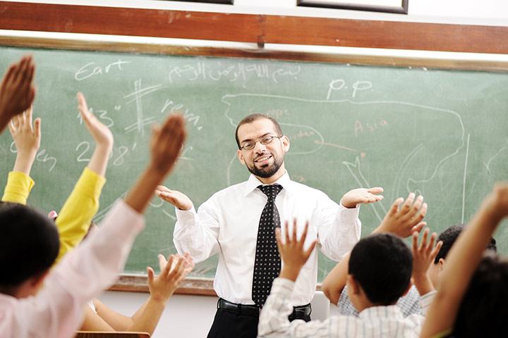 Os desenhos relacionados da vida profissional do professor desta escola primária o deixarão dividido
