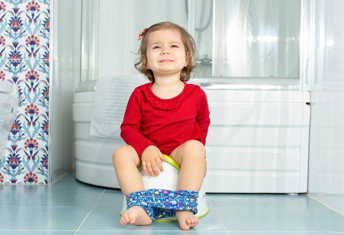 Por que seu bebê chora enquanto defeca