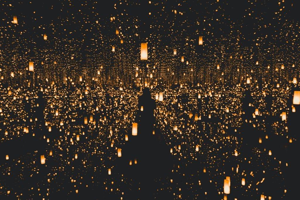 pessoa cercada por lanternas