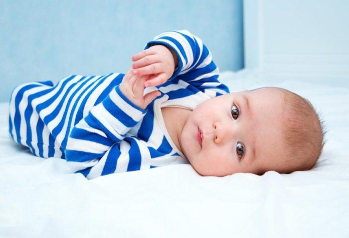 Um bebê de 17 semanas de idade.