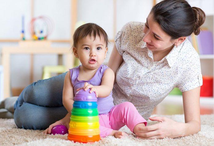 Uma mãe brincando com seu bebê