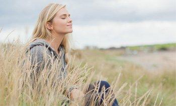 Jovem mulher sentada no campo