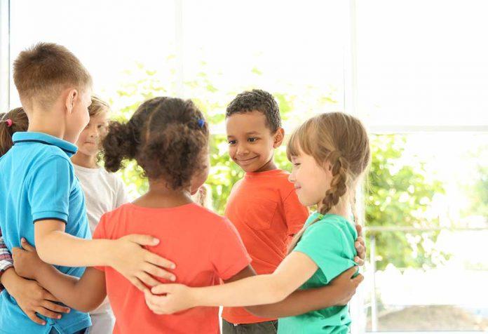 crianças se unindo para construir a confiança