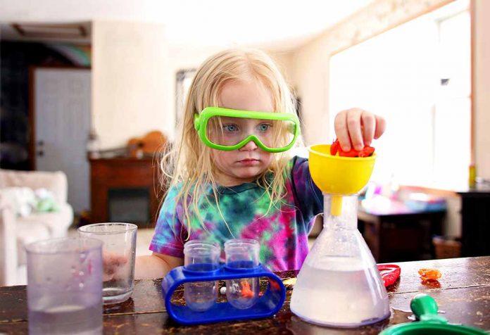 menino conduzindo um experimento científico