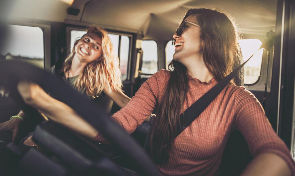 É certo que os adolescentes sejam amigos de jovens adultos?