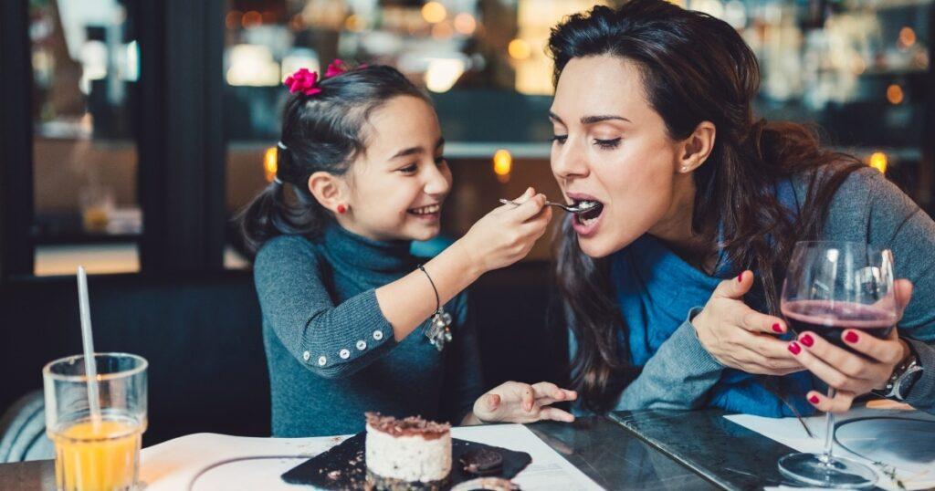 Apenas uma lista de mais de 60 restaurantes onde as crianças comem de graça todos os dias da semana