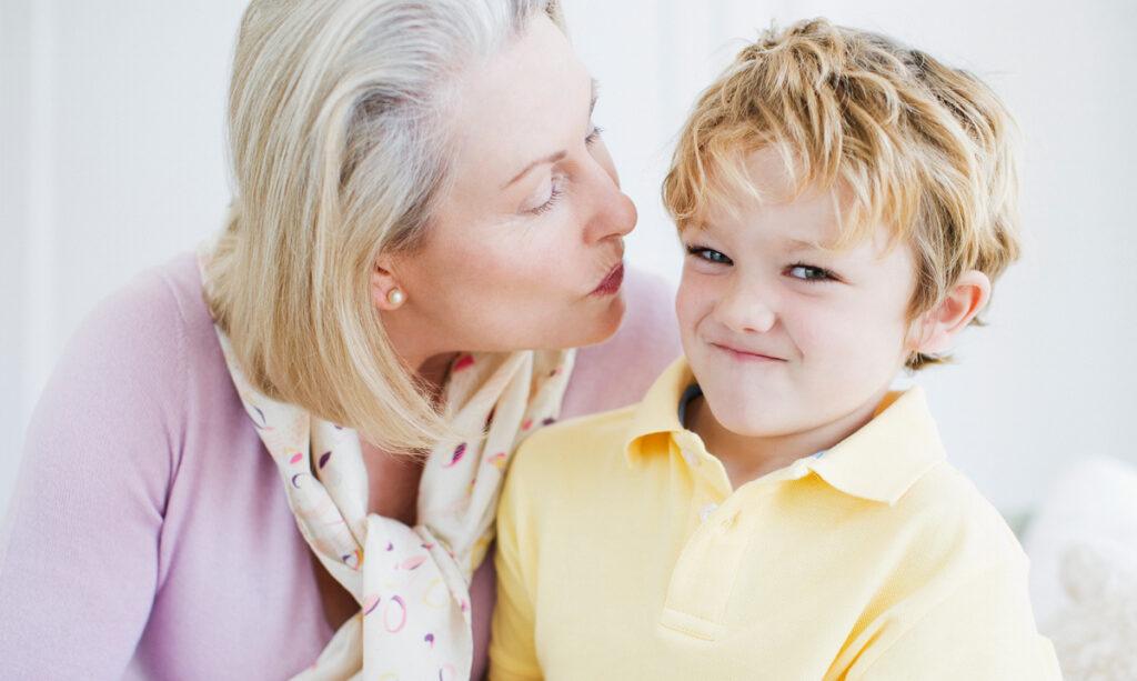 Fazendo as crianças darem abraços e beijos: os pais devem parar?