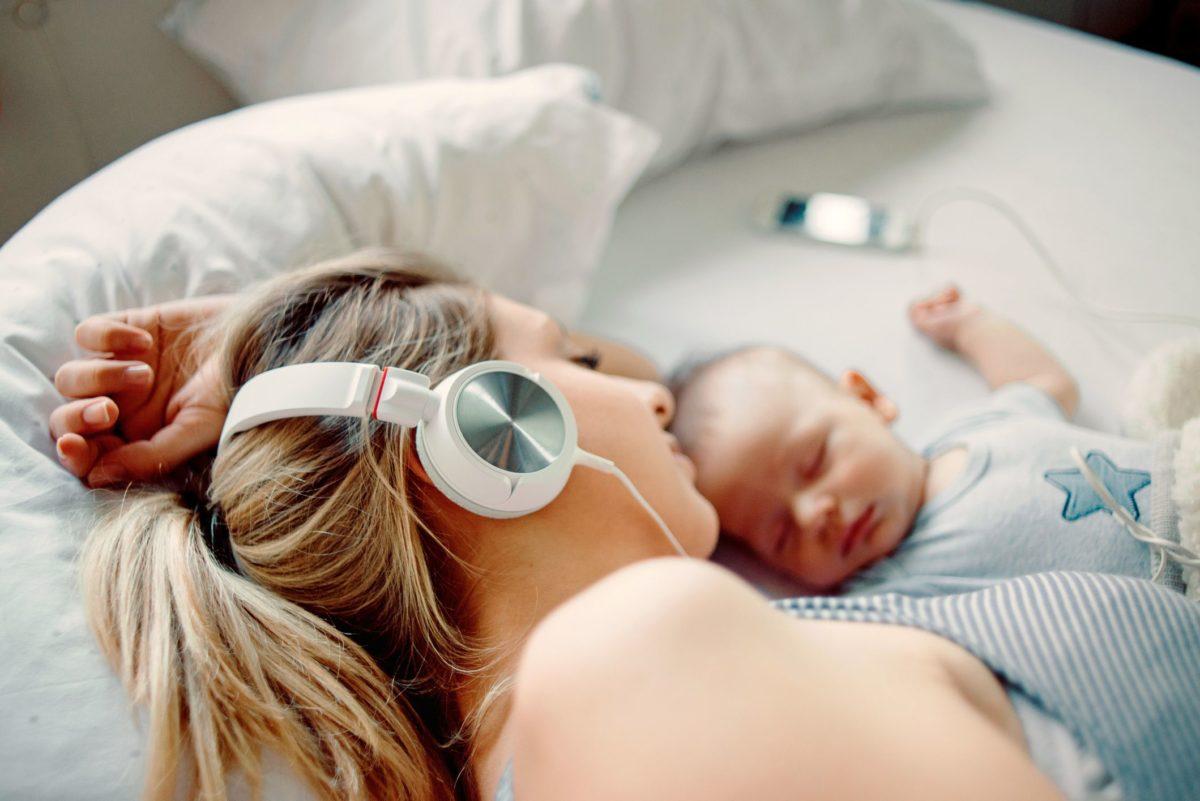Os melhores podcasts mãos-livres para ouvir como uma nova mãe