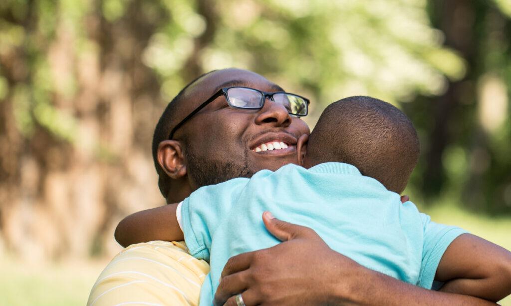 Ciência diz que abraçar é bom para crianças