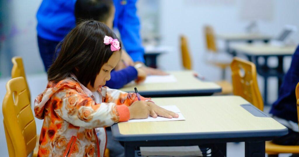 O que é paraprofissional e o que eles fazem na escola de meu filho?
