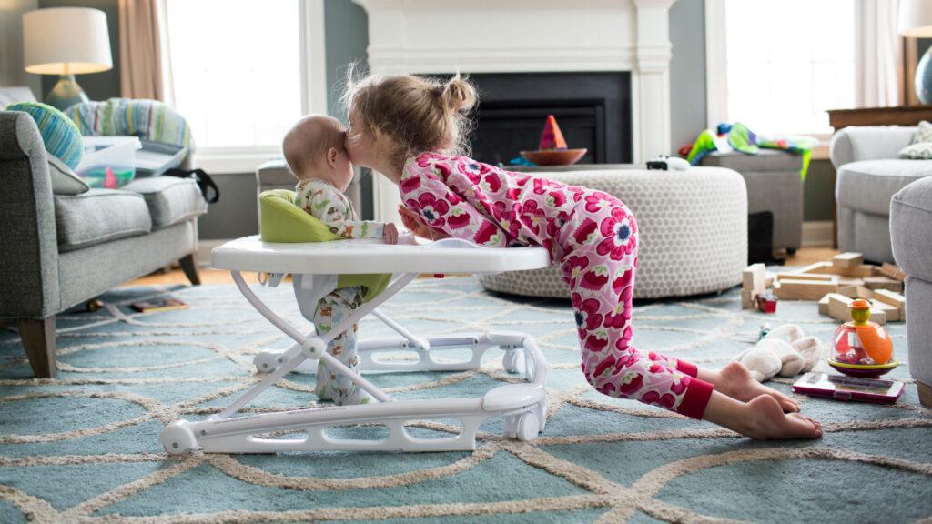 Por que a AAP diz que os pais devem parar de usar este brinquedo popular para bebês o mais rápido possível